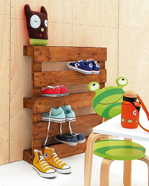 A-simple-wooden-pallet-has-slits-that-perfectly-fit-shoes.