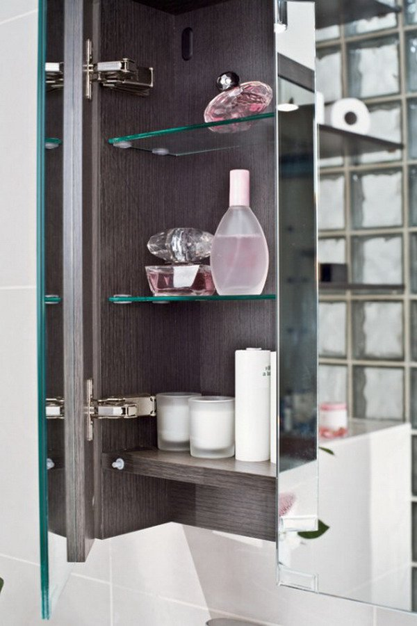 Harmonious-Japanese-Style-Bathroom-Decoration-Ideas-in-Classic-and-Practical-Mirror-and-Shelves