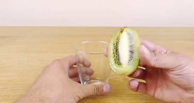 How-to-Peel-a-Kiwi-or-Mango