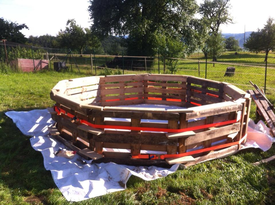 Swimming-Pool-made-out-of-pallets-2