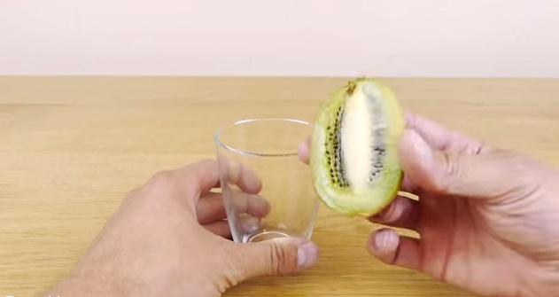 How-to-Peel-a-Kiwi-or-Mango