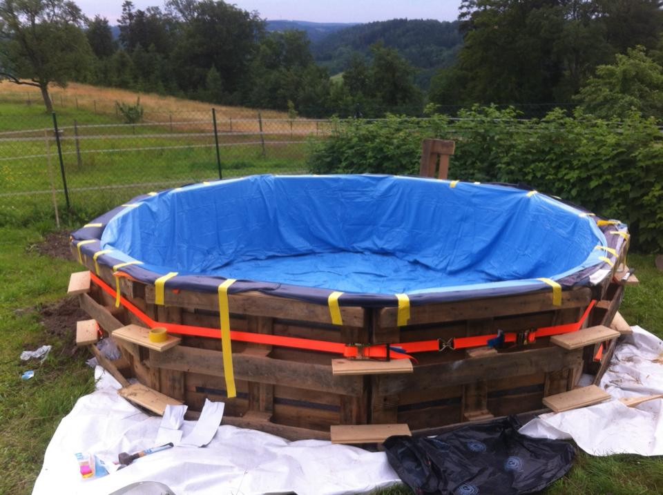 Swimming-Pool-made-out-of-pallets-4
